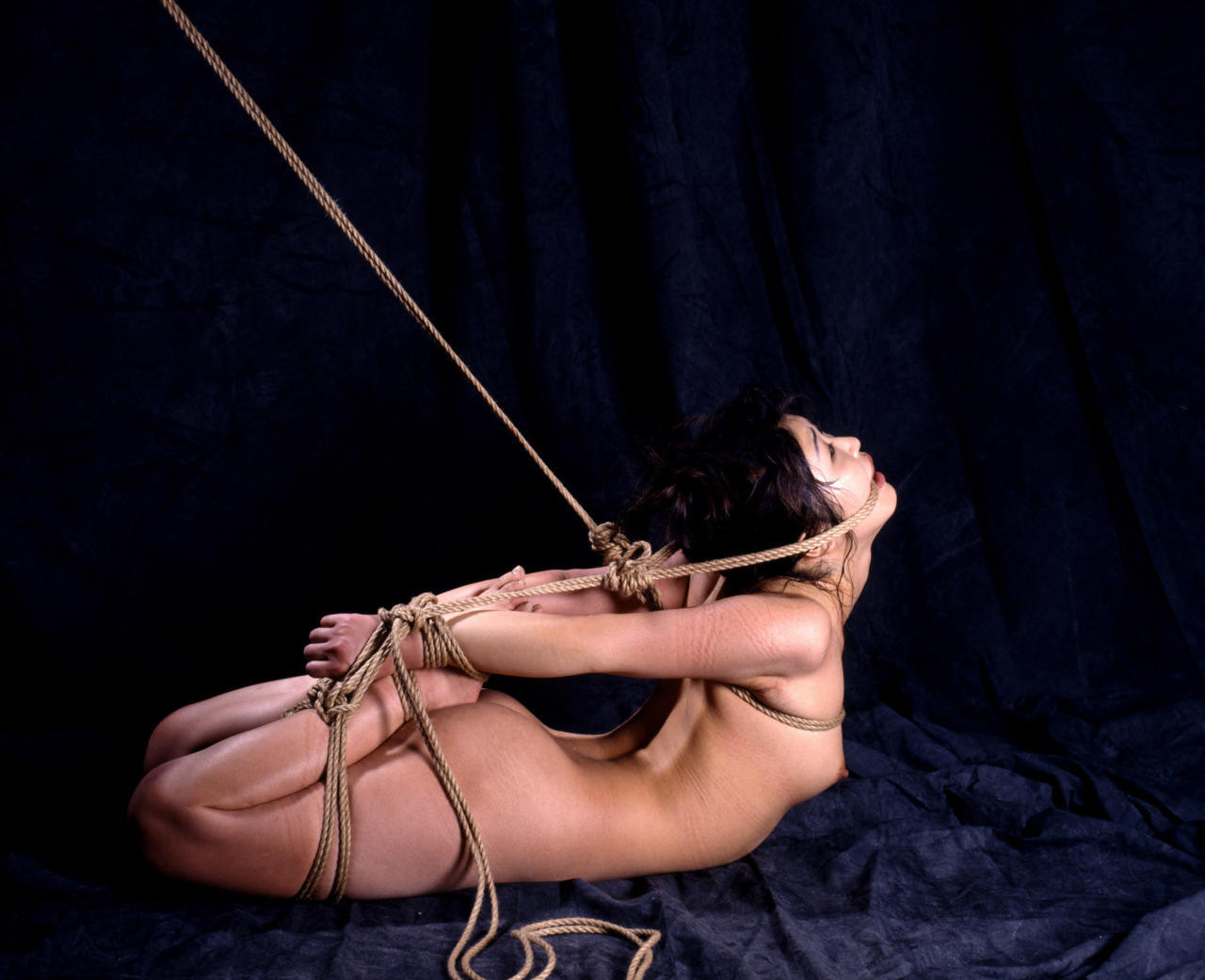 【SMエロ画像】ここから責めればより食い込んで…苦痛と快感の緊縛調教!