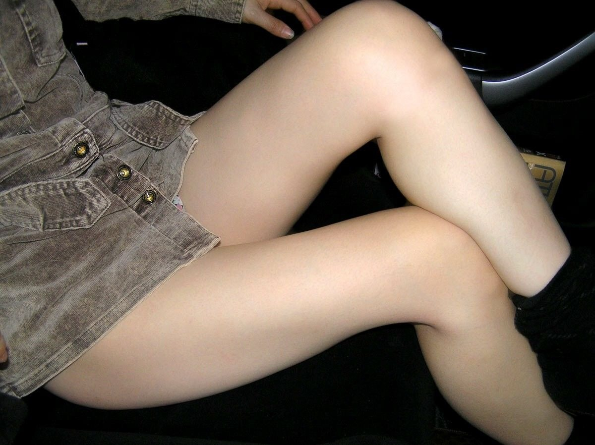 【太ももエロ画像】乳、尻と来て…見過ごせないムチムチ誇る女の太ももに接近!
