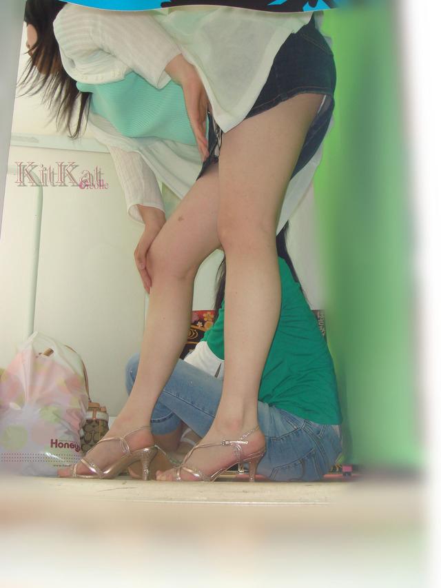 【パンチラエロ画像】ミニの人が常に期待されている迂闊なパンチラの瞬間!