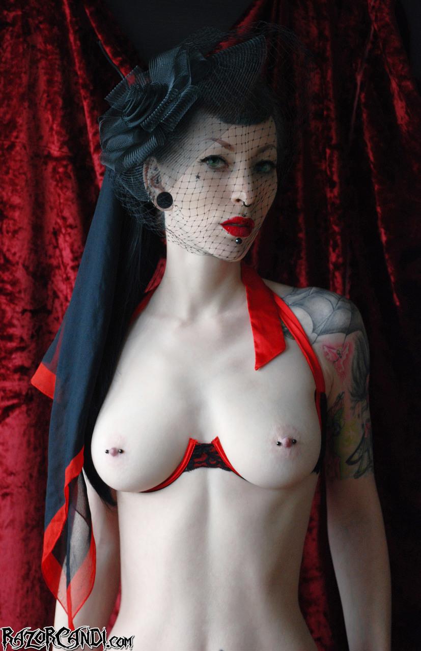 【乳頭エロ画像】穴はどうやって開けた?乳首にピアッシング済な海外淑女たち!