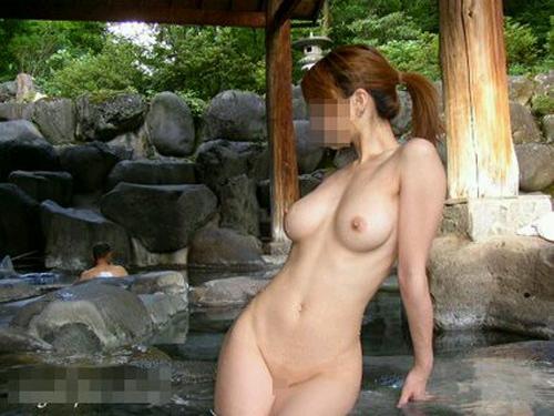 【露出エロ画像】性的な振る舞いは個室風呂でどうぞw温泉で寛ぐ全裸淑女たち
