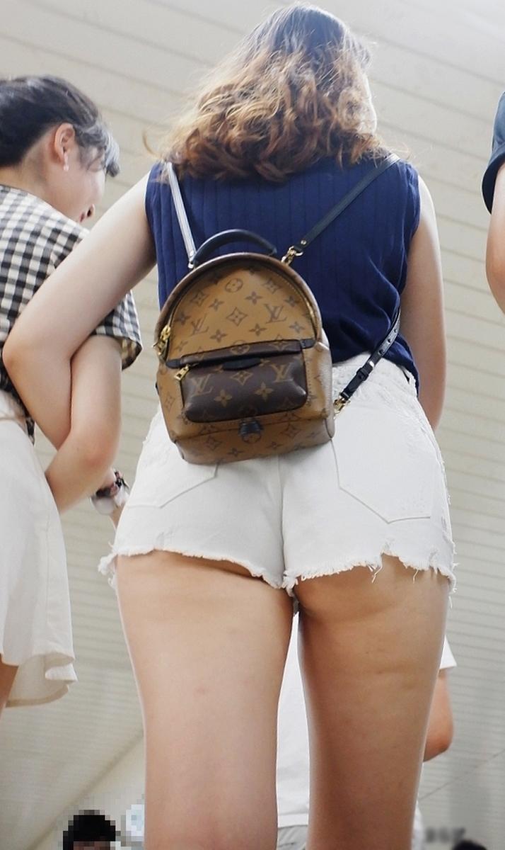 【ハミ尻エロ画像】既に夏の風物詩として確立、ホットパンツのお約束的ハミ尻姿!