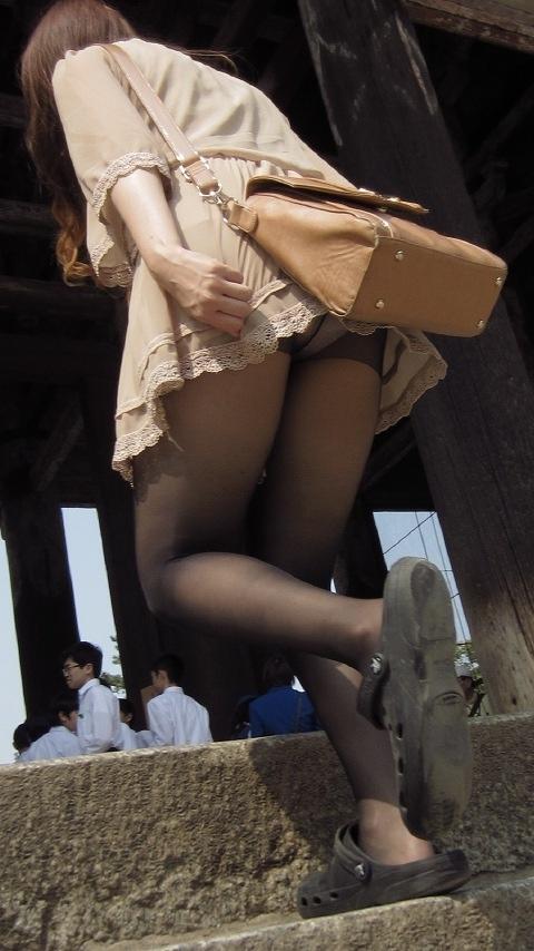 【パンチラエロ画像】斜め下から失礼しているローアングルパンチラ隠し撮り!
