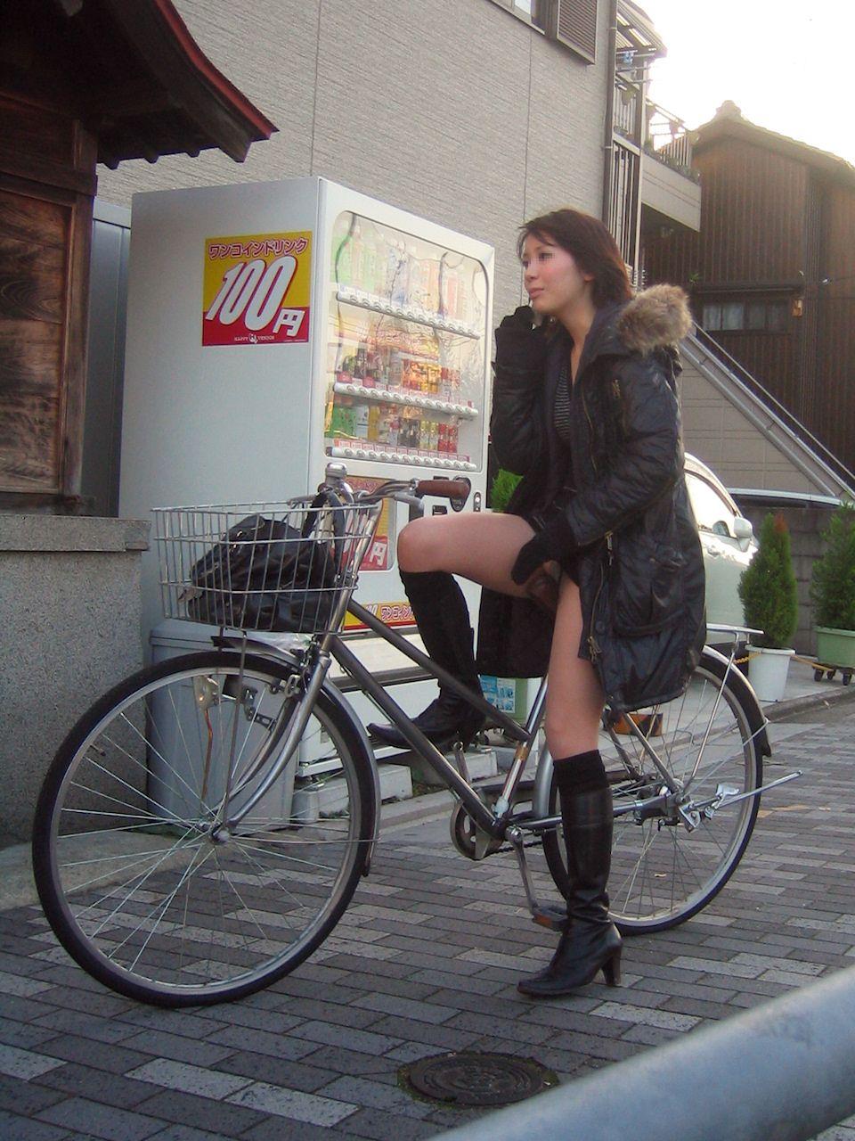 【パンチラエロ画像】過ぎ去る前に下着見ておきたい…自転車女子のパンチラ!