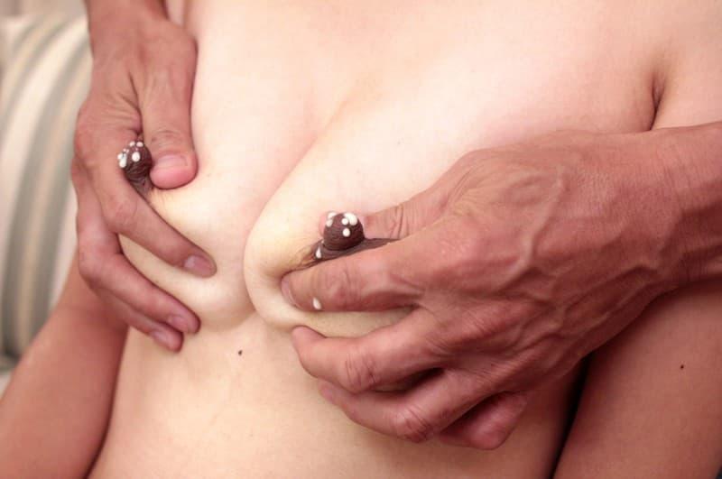 【母乳エロ画像】扱い次第でイヤらしさが感じられる巨乳ママの母乳噴射!