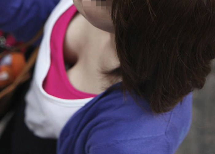 【胸チラエロ画像】立ち止まるしかないその胸元…街で見つけた胸チラ素人たち!