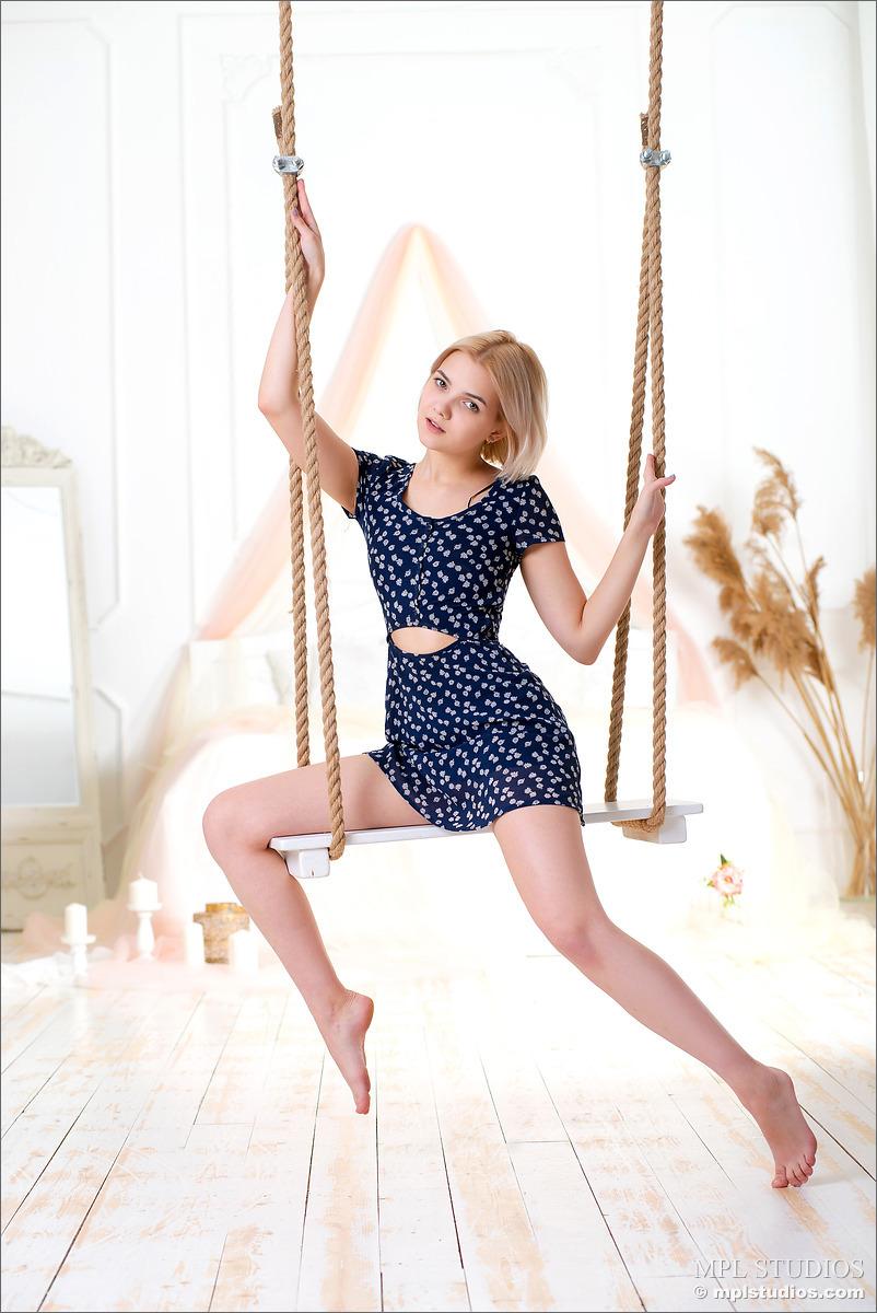 【美脚エロ画像】胴体ばかりが魅力的ではない海外美女たちの見事な美脚!