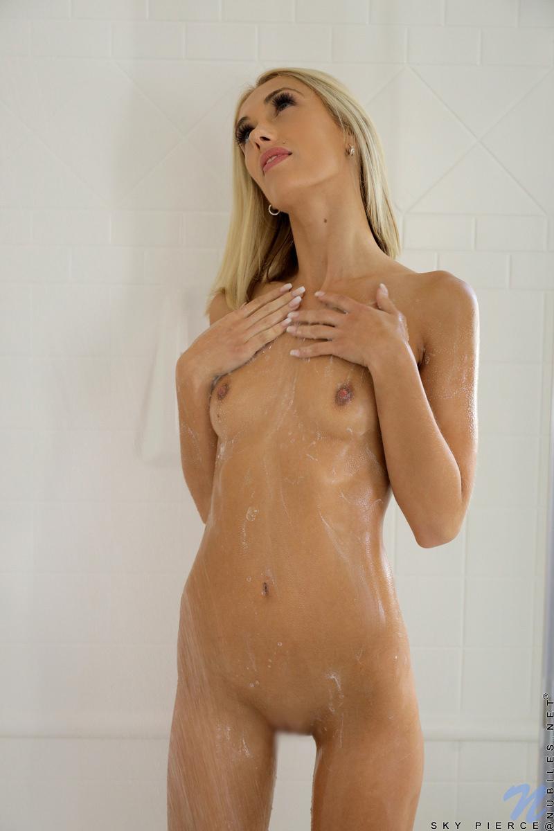【海外エロ画像】生まれたままの姿でシャワー浴びているセクシー海外美女たち!