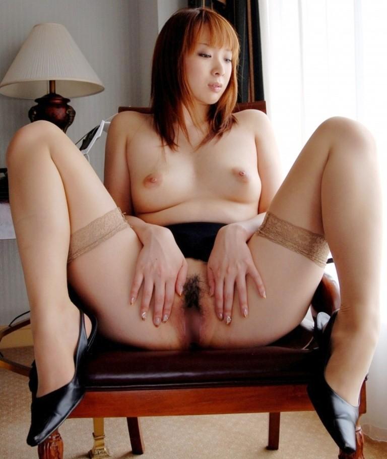 【股間エロ画像】開く時間が長いほど恥ずかしい…股間おっぴろげ美女たち!