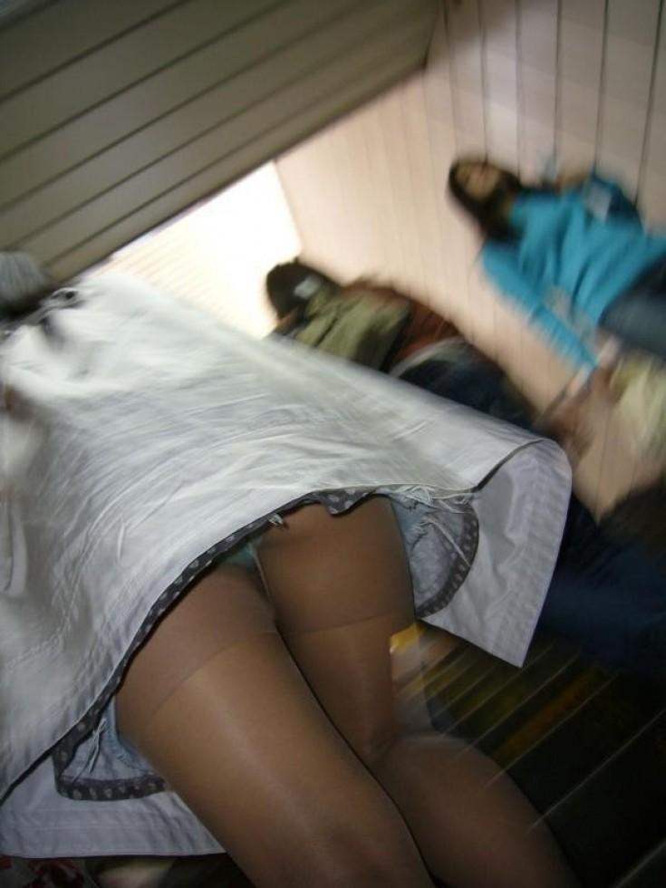 【パンチラエロ画像】出来るなら中身を見たくてローアングルでミニスカ内部を暴く!