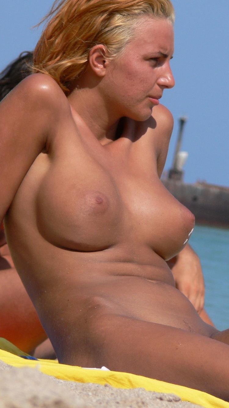 【海外エロ画像】そこにいるだけでも目の保養なヌーディストビーチの美女諸々!