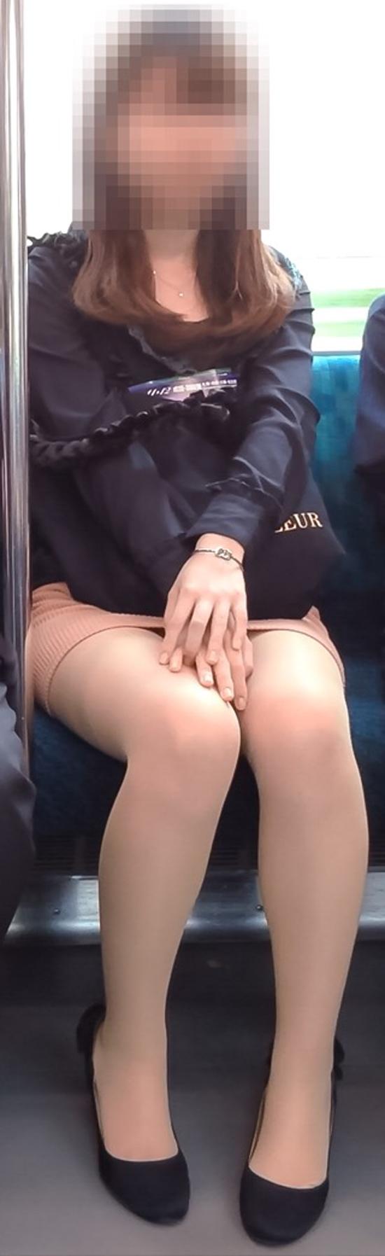 【美脚エロ画像】目的の駅に着くまで暇させない電車内の美脚チェック!