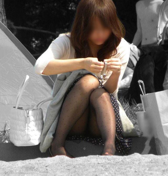 【パンチラエロ画像】ずっと見えっ放し…街角女子の見放題な座りパンチラ!