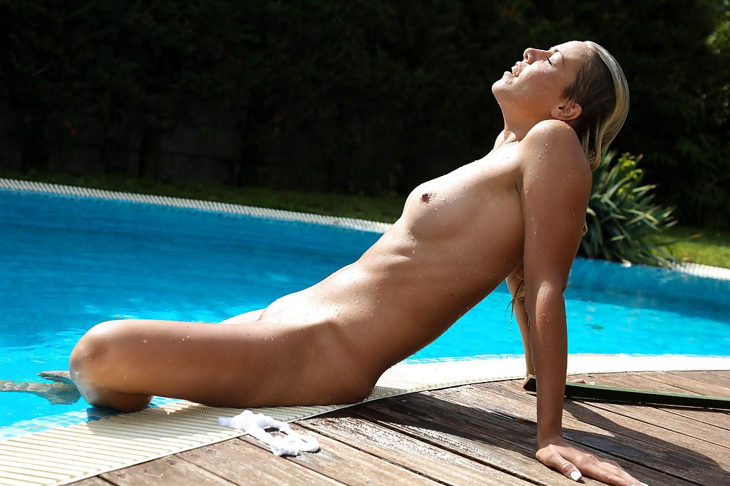 【海外エロ画像】一緒に涼みながらヤリたい水浴び中な海外美女たち!