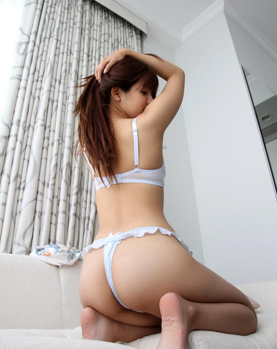 【美尻エロ画像】愛撫かスパンキングを待つかのように向けられたTバック尻!
