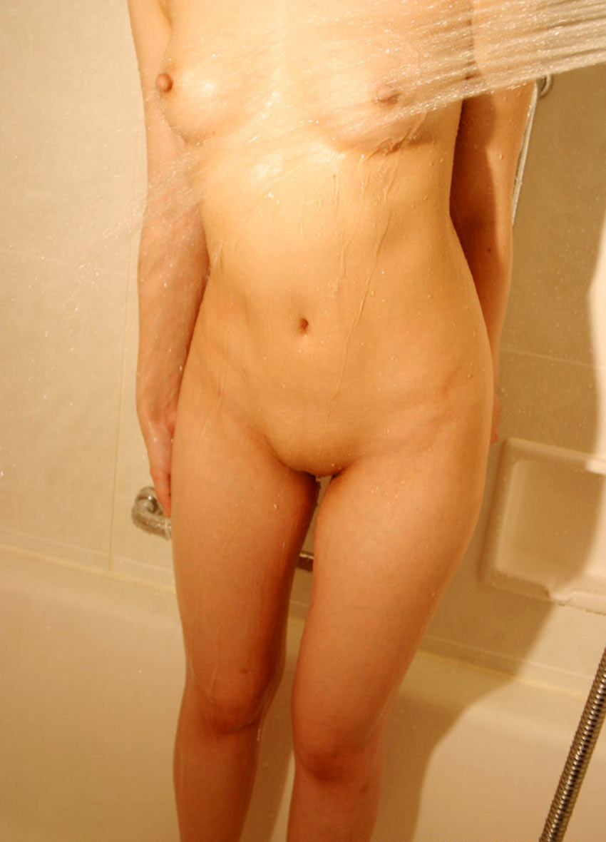 【パイパンエロ画像】ハミ出す毛などどこにもないツルツルで美麗なパイパン股間!