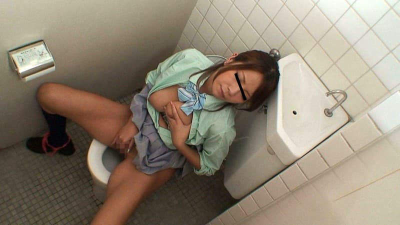 【盗撮エロ画像】お潮は便器に出しましょうよ…トイレでオナる女の子!