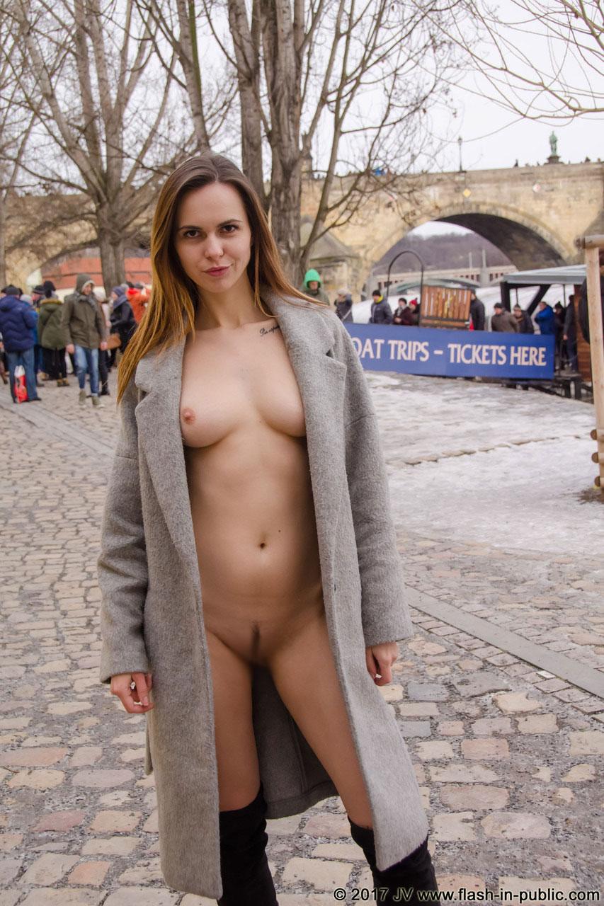 【露出エロ画像】自然の姿に戻るだけだから…恥ずかしくない海外の露出美女!