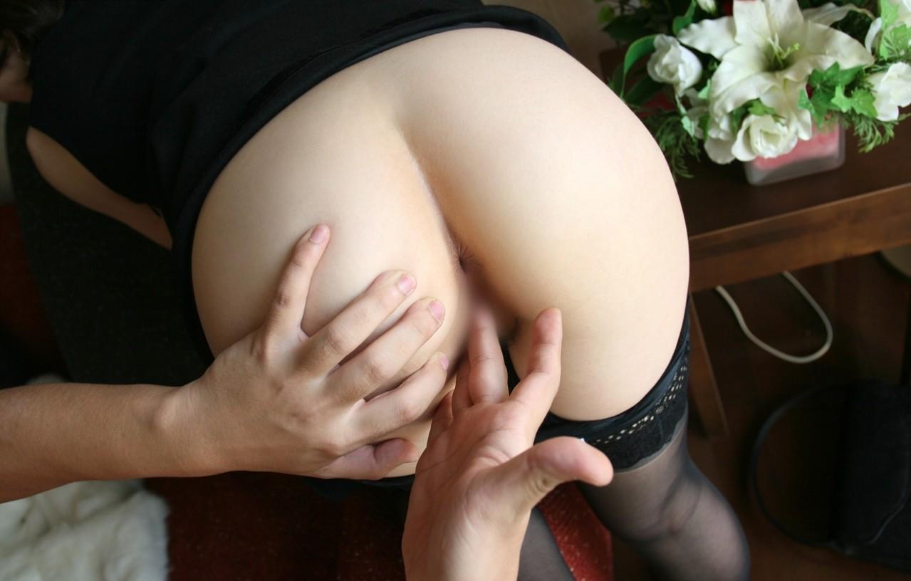 【愛撫エロ画像】キツキツはコレで拡げて…潮吹きも狙った指マン!