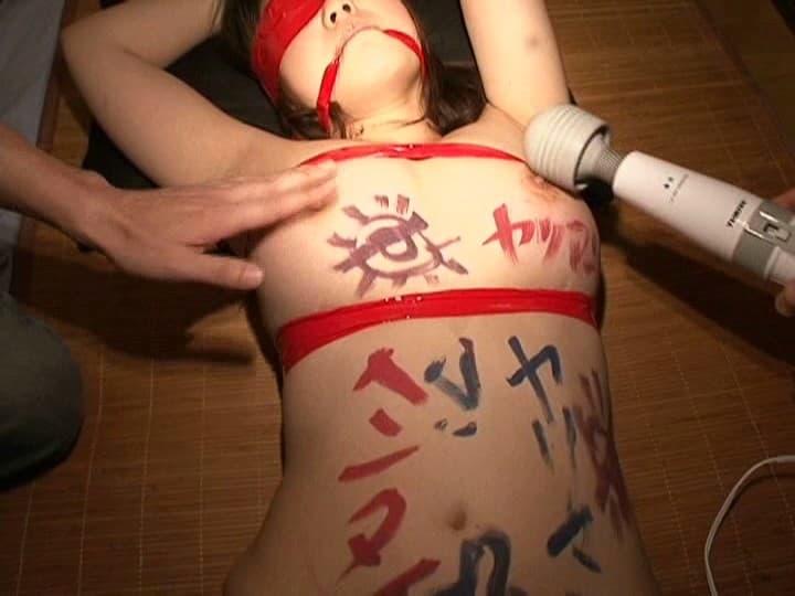 【SMエロ画像】屈辱の単語で埋め尽くされた素肌…貶められた落書きM女たち!