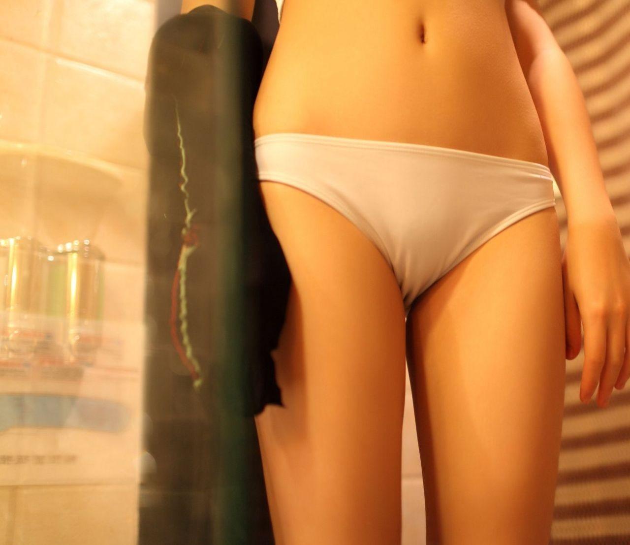 【下着エロ画像】薄布の下にはもちろん…パンツを履いただけの股間に接近!