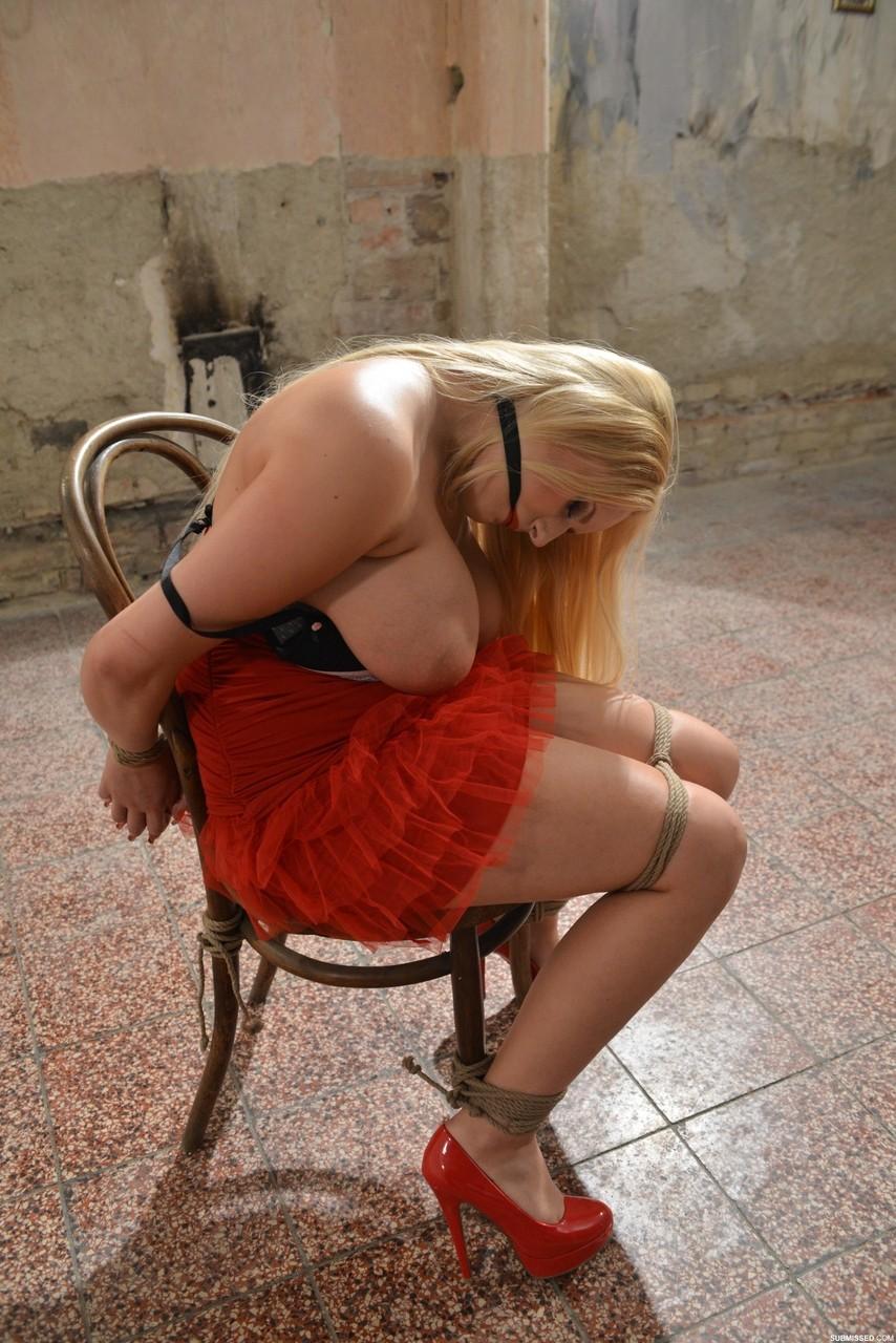 【海外エロ画像】縛られた苦痛が快感に…海外美女でも容赦ない緊縛調教!