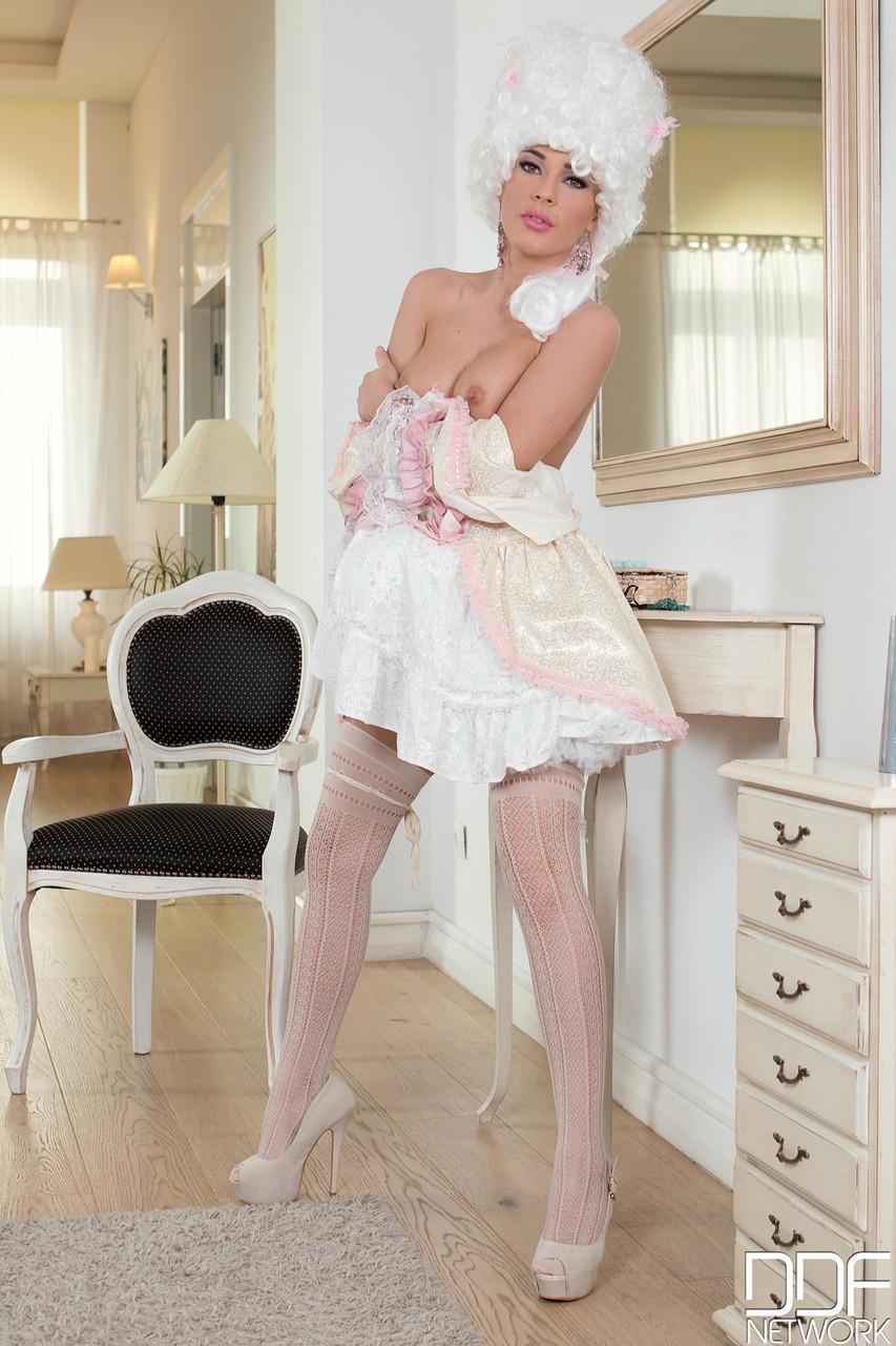 【コスプレエロ画像】ずっとは着ていられなかった海外コスプレ美女の脱衣!