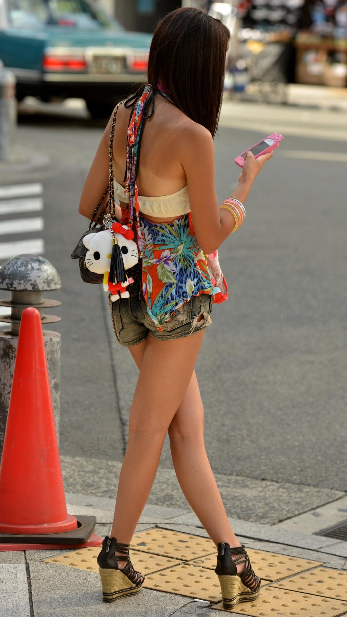 【美脚エロ画像】夏の日差しを受けて輝いて見えるショーパン女子の脚!