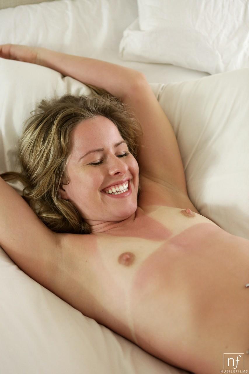 【日焼けエロ画像】どれだけ色変わったか白い生乳見せて教える海外日焼け美女!