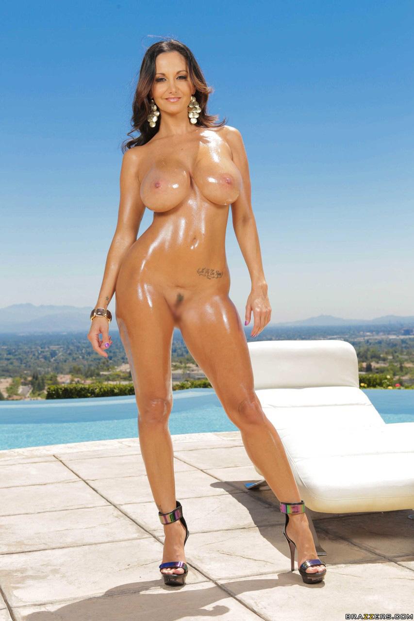 【海外エロ画像】目が眩むほど卑猥に輝いている海外美女のオイル裸身!