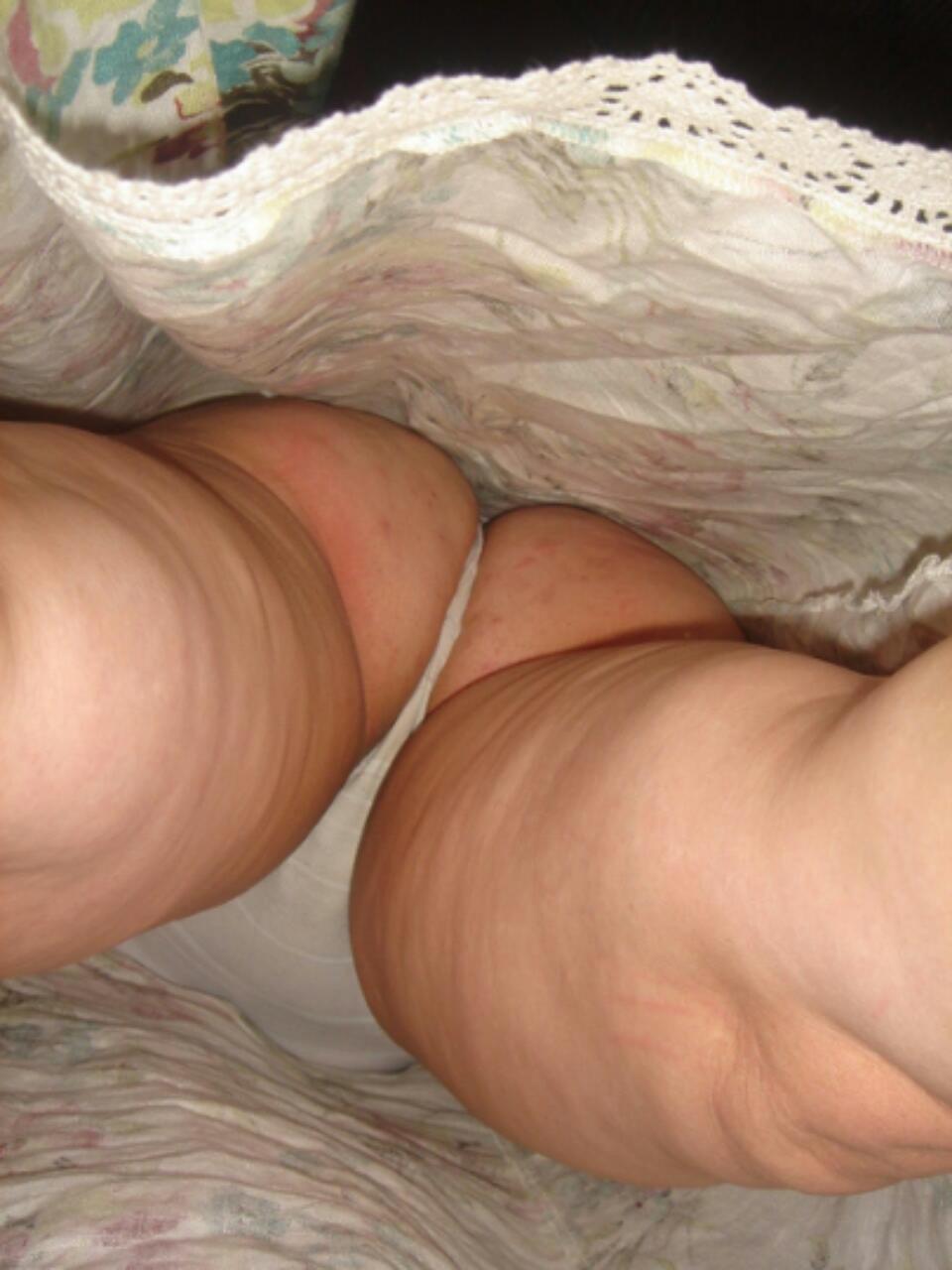 【パンチラエロ画像】ただのチラ見えではない!尻肉セットのTバックチラ!