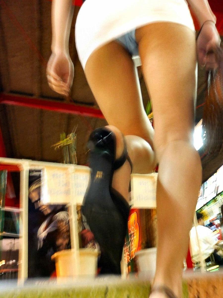 【パンチラエロ画像】素晴らしき斜め上の存在、下着丸見えローアングル下半身!
