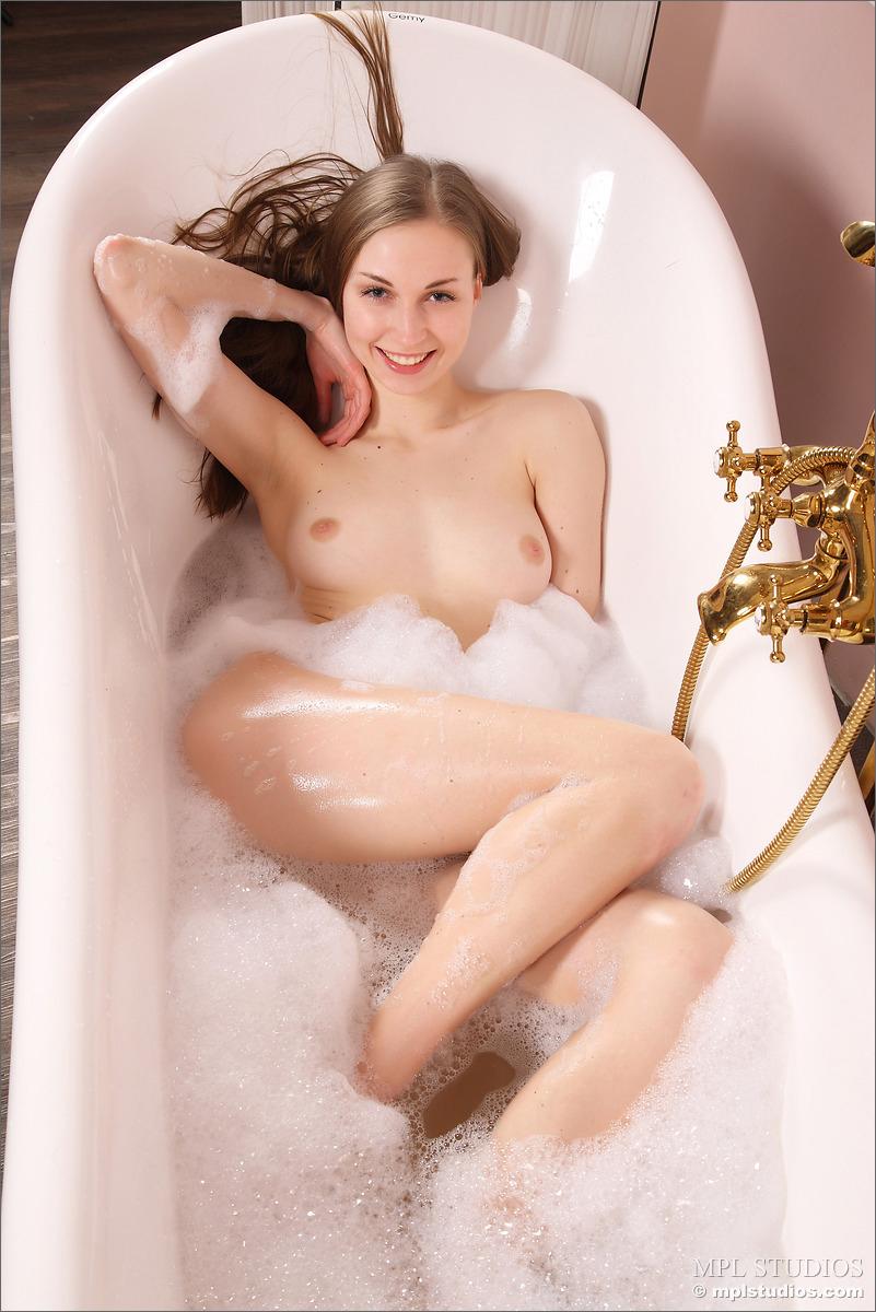 【海外エロ画像】単に体を洗うだけで出したくない…湯船の海外美女たち!
