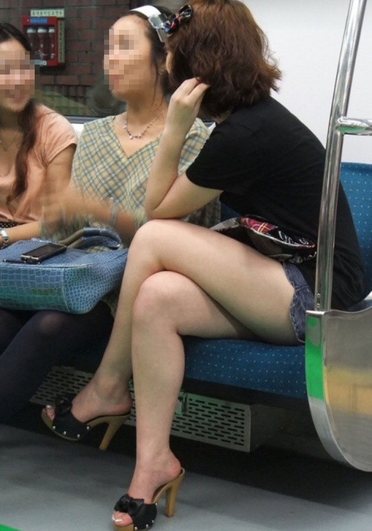 【美脚エロ画像】時には車通勤を控えて…電車の中の一際目立つ淑女の美脚!