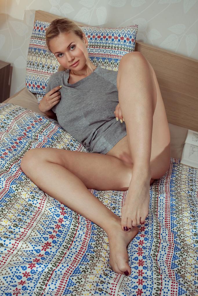 【海外エロ画像】毛なんてとっくに全処理していたパイパン股間の海外美女!