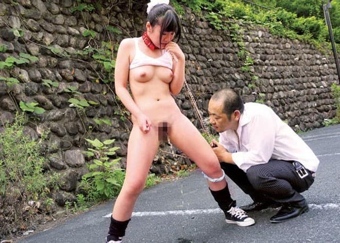 野外で辱めを受けて調教される露出M女のエロ画像