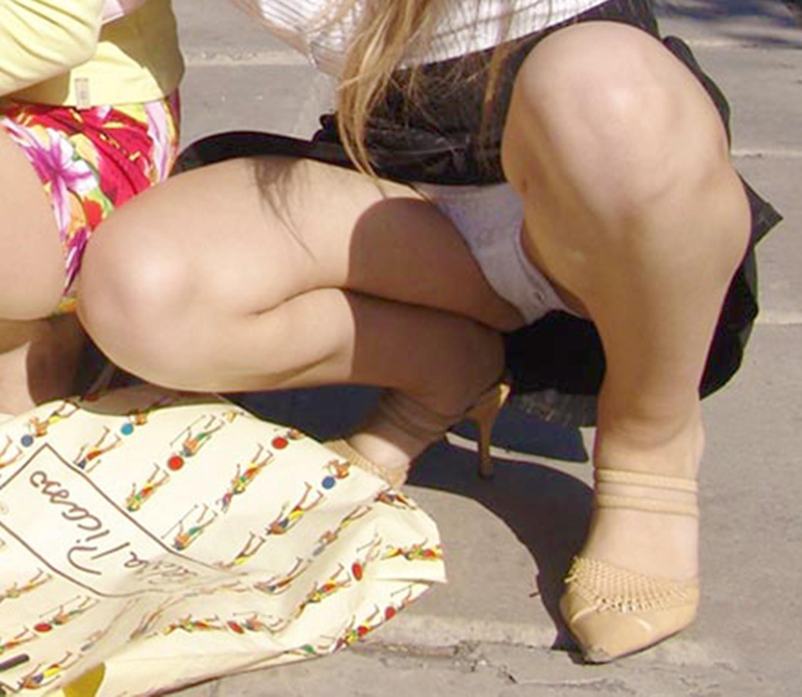 【パンチラエロ画像】丸見えなのは絶対に言わないw街角座りパンチラ素人たち!