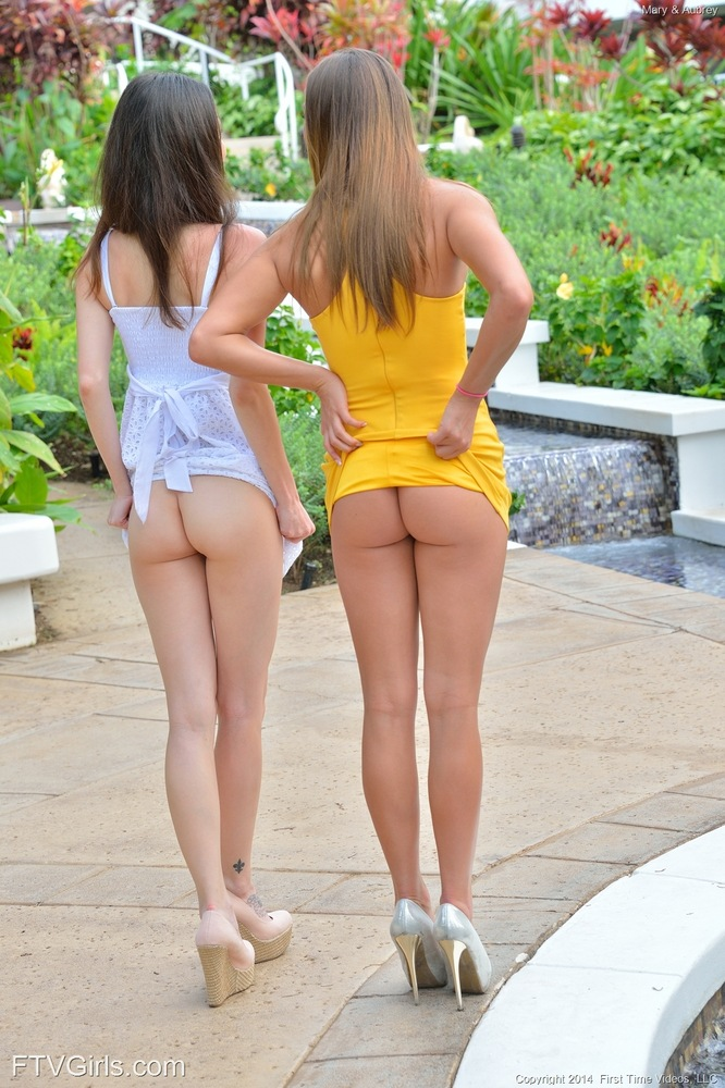 【海外エロ画像】見られる前に自ら披露!明るいノーパン海外美女たち