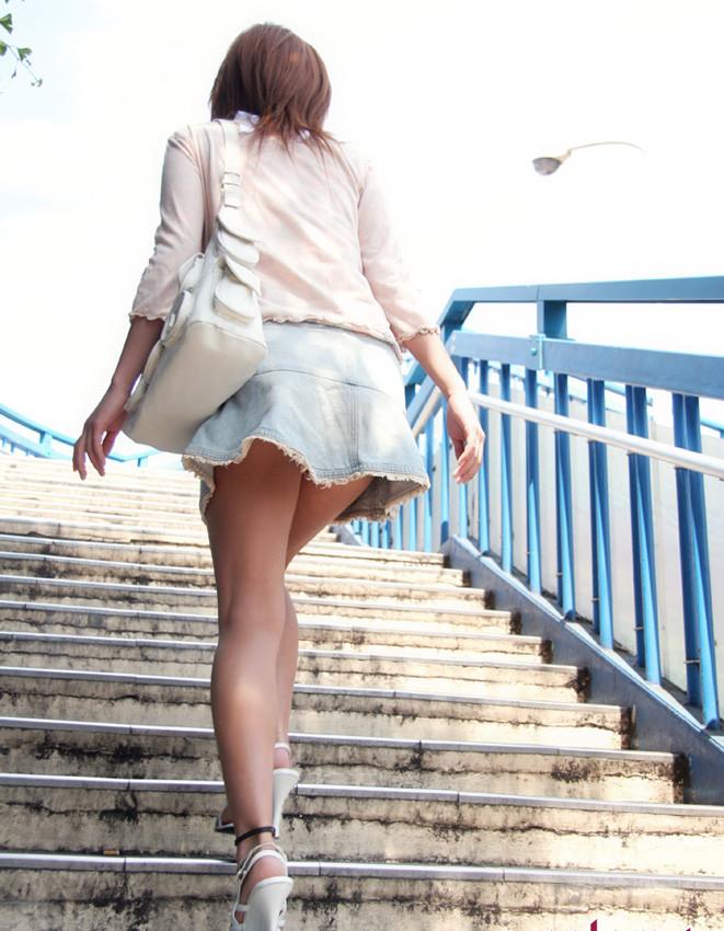 【美脚エロ画像】街出れば2秒で見つかる脚に自信持つミニスカ淑女たち!