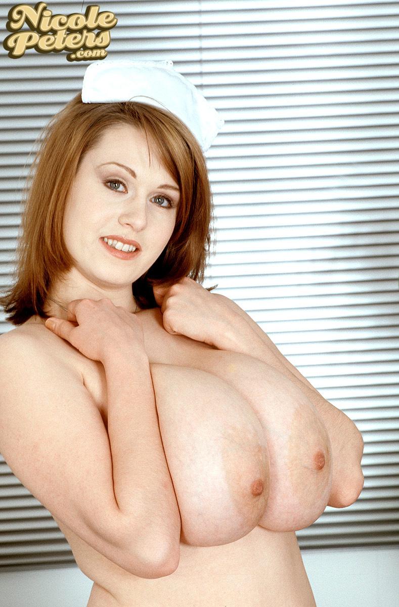 【海外エロ画像】一度はむしゃぶりついてみたい海外爆乳美女のデカ乳輪!