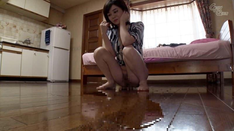 【放尿エロ画像】S級美女でも必要ならば盛大に…超恥ずかしい公開放尿!