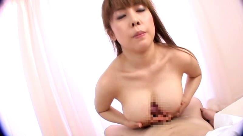 【パイズリエロ画像】その谷間の中はまるで膣のよう…快感絶大な爆乳パイズリ!