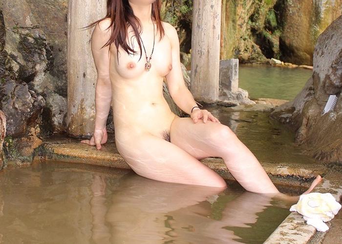 【入浴エロ画像】許された露出の場、露天風呂で裸身を癒やす淑女たち!