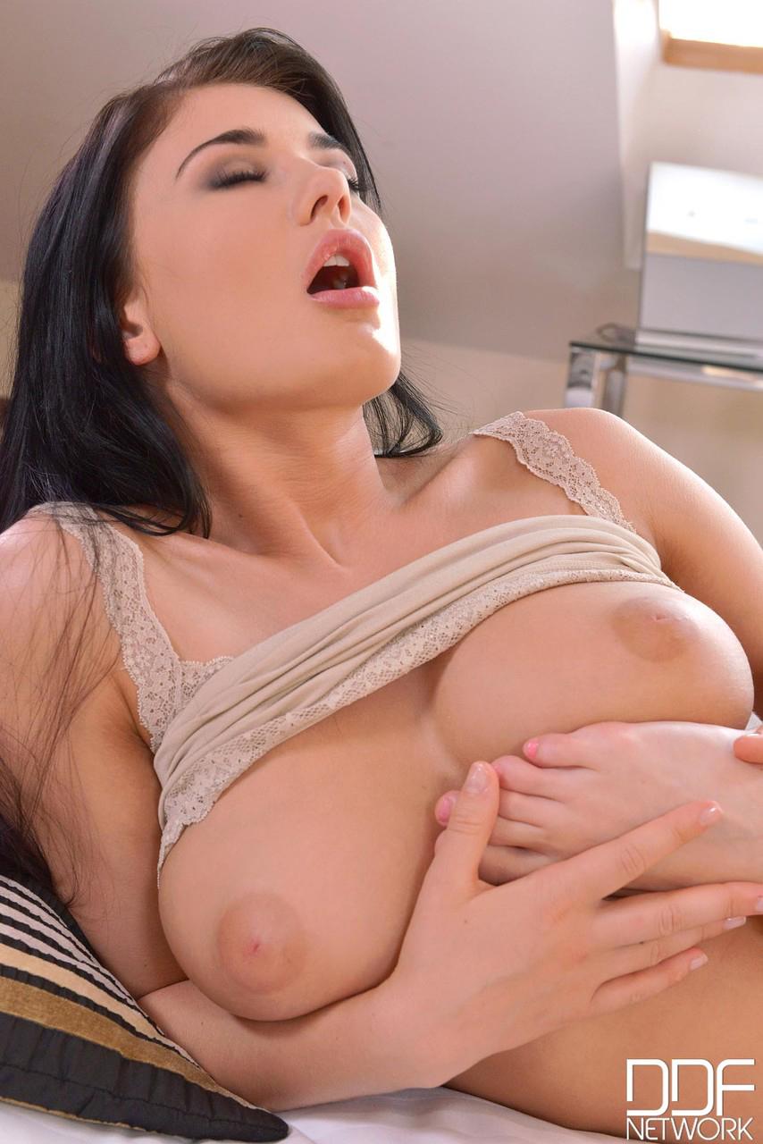 【乳頭エロ画像】強く吸ってもダメ、優しく愛撫して出すべき陥没乳首!