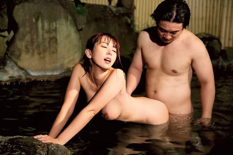 【温泉エロ画像】まずいですよ!湯船に体液落としまくりな温泉交尾!