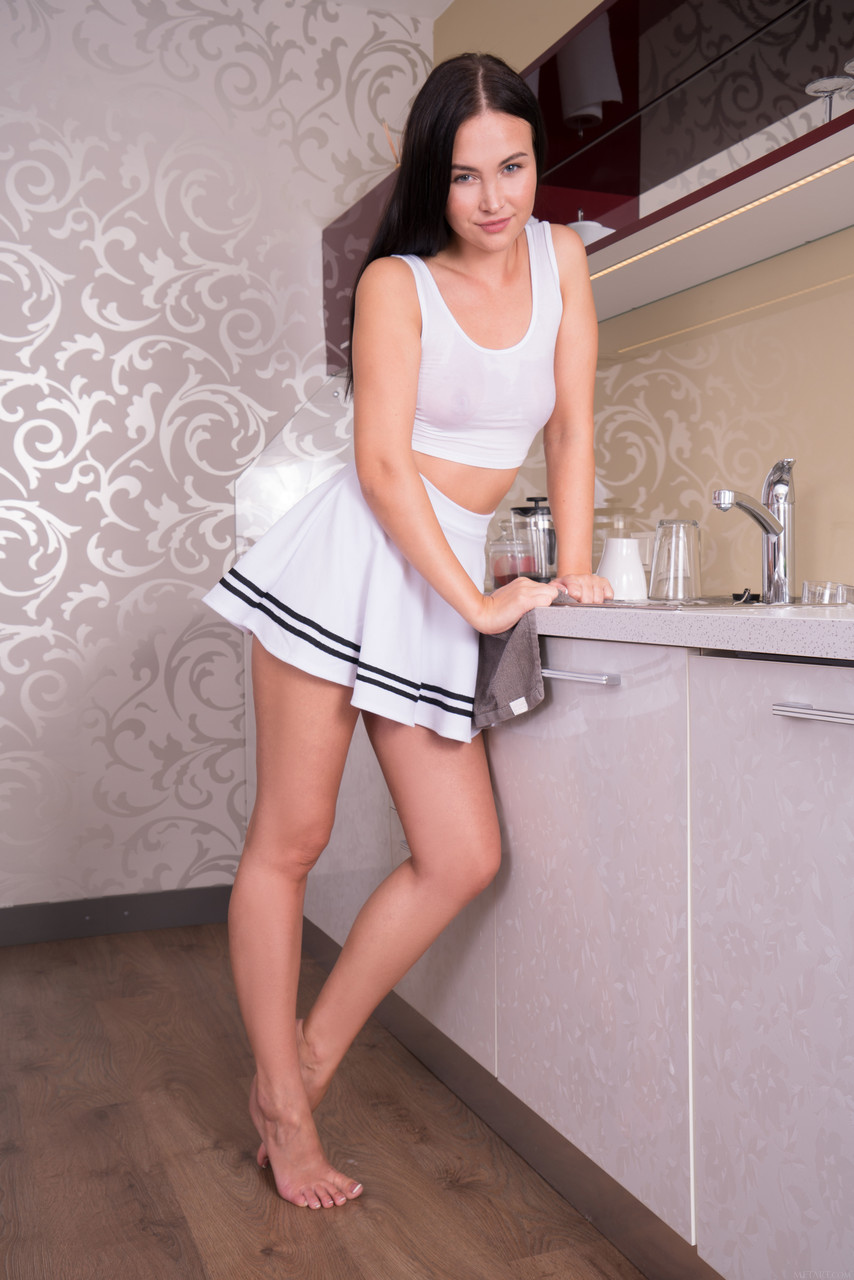 【海外エロ画像】ヌードでなくともそそる下半身をミニスカで際立てる海外美女!