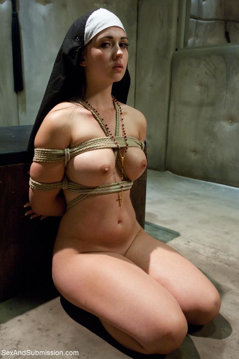 【SMエロ画像】美形でも残念な変態…SM折檻されて喜ぶ海外M女たち!