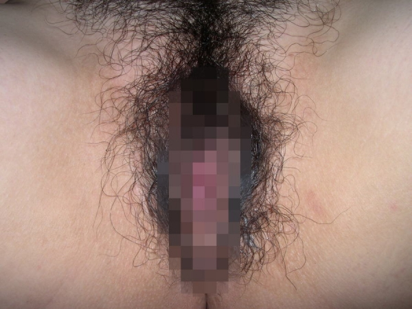 【股間エロ画像】ずっと未処理のまま?太くて長い剛毛まみれな女子の局部!