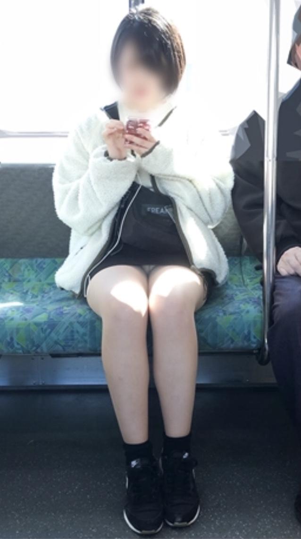 【パンチラエロ画像】このまま終点まで一緒に過ごしたい電車パンチラ淑女たち!
