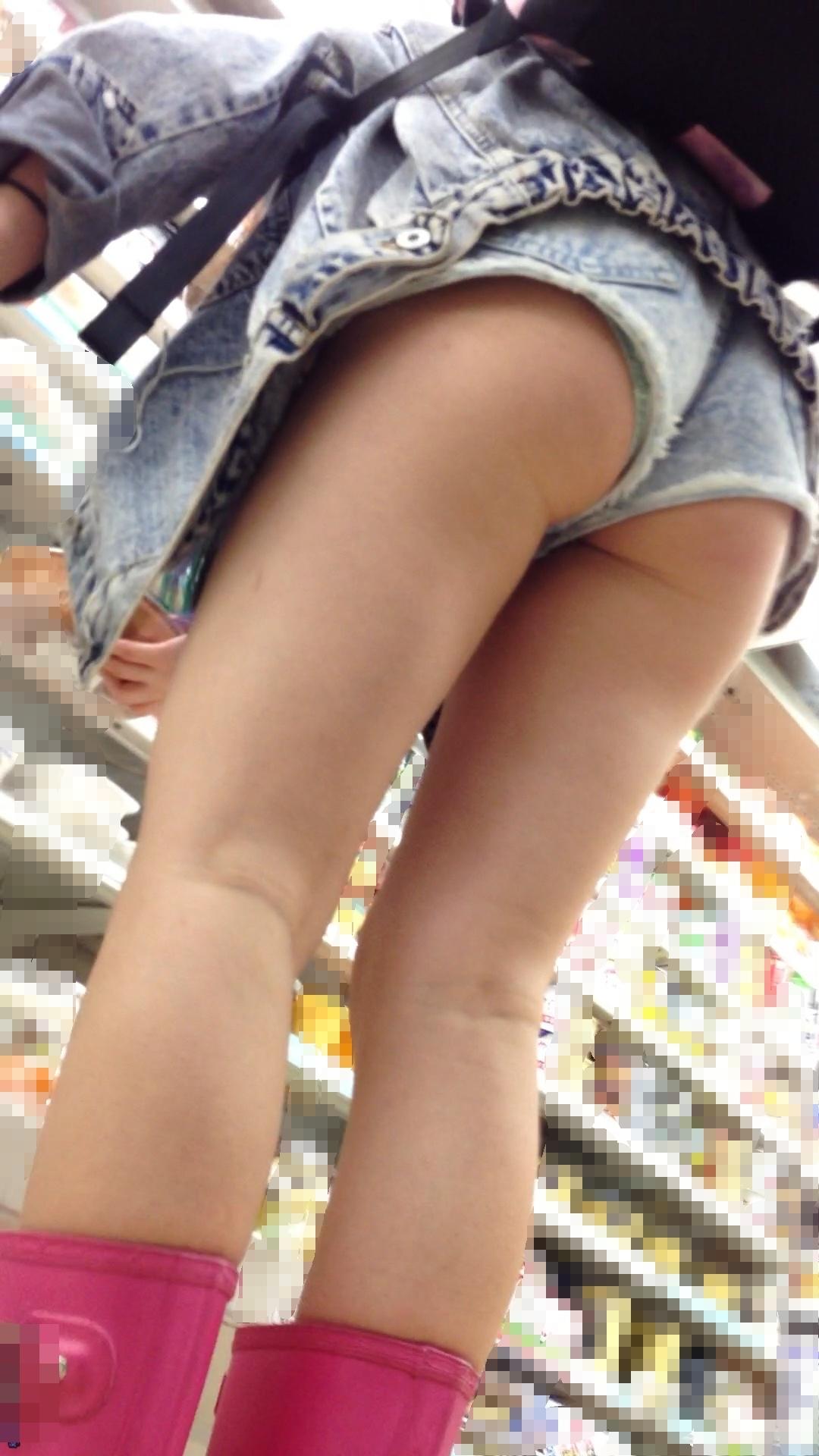 【着尻エロ画像】堂々とハミ出したまま表を歩ける激アツのホットパンツ女子!